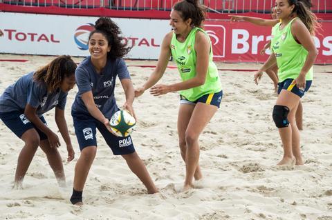 Antes do Super Desafio BRA, seleção feminina de Beach Rugby encontra jovens promessas da modalidade